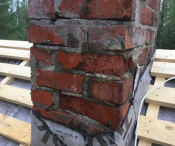 Savupiipun muuraus ja korjaus kattopinnan yläpuolisilta osin