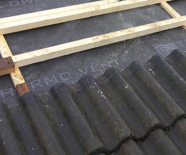 tikkaat tai muu kattotuote irtosi seinästä tai katosta